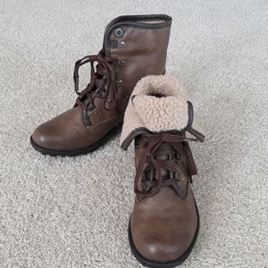 Lace-up, low boots